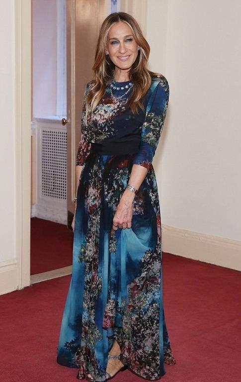 Sarah Jessica Parker في فستان طويل بأكمام طويلة وتصميم مميز
