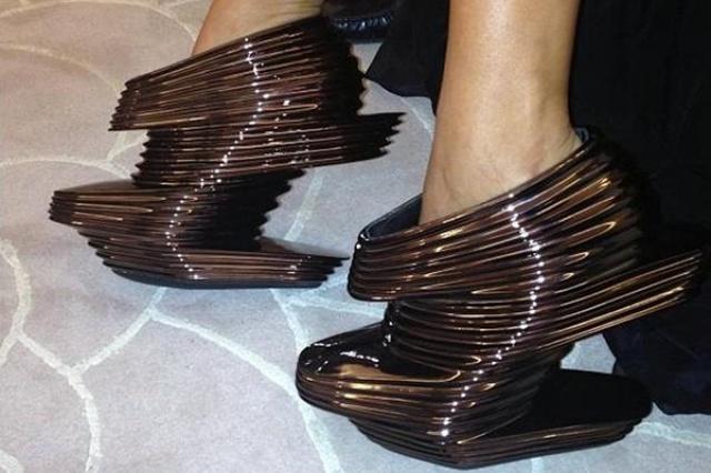 أحذية مختلفة