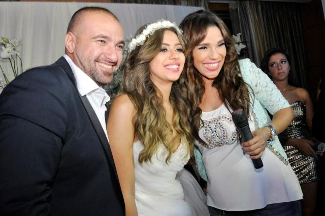 أمينة تظهر عليها علامات الحمل مع العروسين
