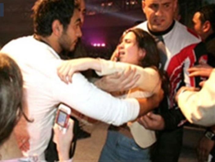 إحدى المعجبات تحتضن الفنان تامر حسني.