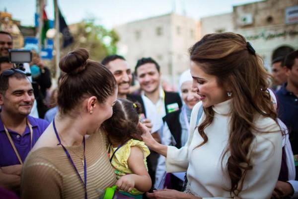 الملكة رانيا وابنتها في شارع الرينبو (4)