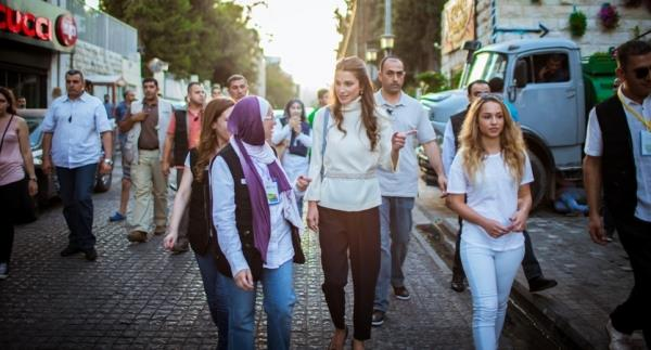 الملكة رانيا وابنتها في شارع الرينبو (5)