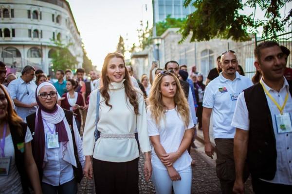 الملكة رانيا وابنتها في شارع الرينبو (9)