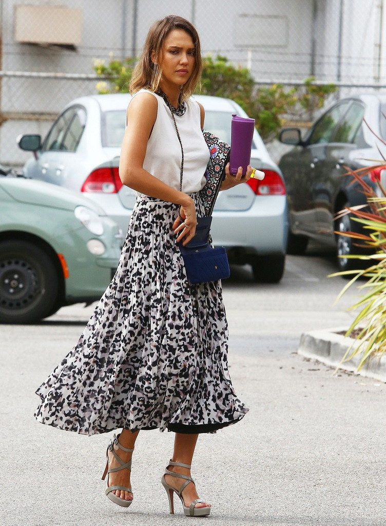 Jessica Alba Heads To Her Honest Company Office