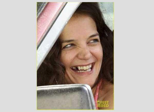 ظهور أسنان كاتي هولمز المتهالكة (1)