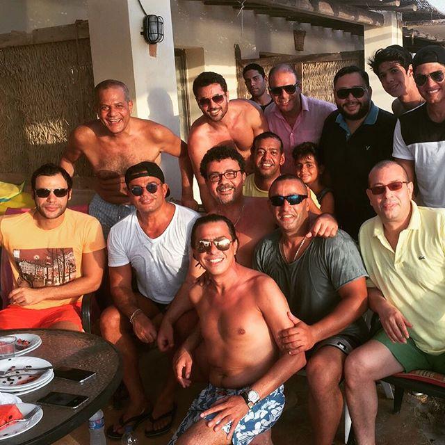 عمرو دياب مع عدد من النجوم والأصدقاء.