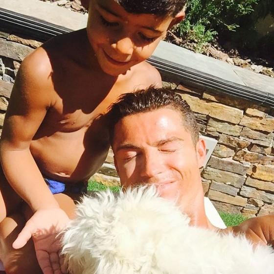 كريستيانو رونالدو بصحبة طفله الصغير