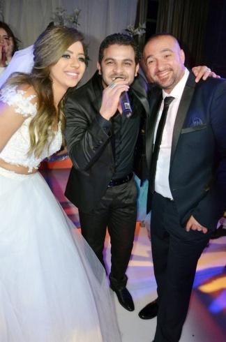 محمد رشاد يتوسط العروسين