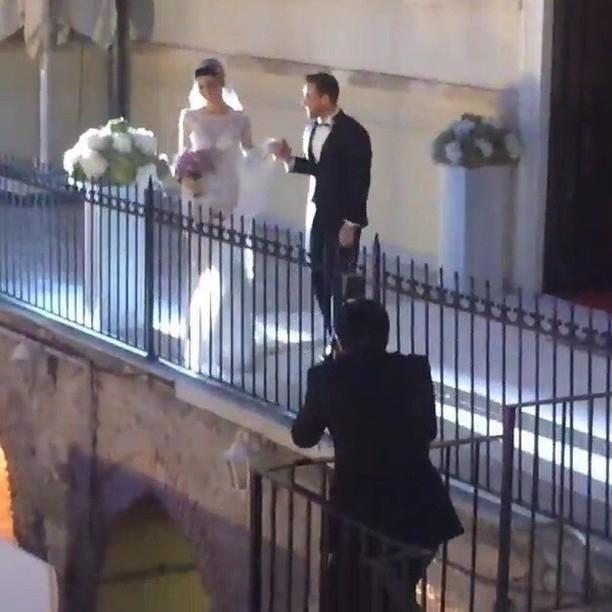 ميرفي ومراد يسيران في أروقة قصر السلطانة عديلة باتجاه صالة الحفل