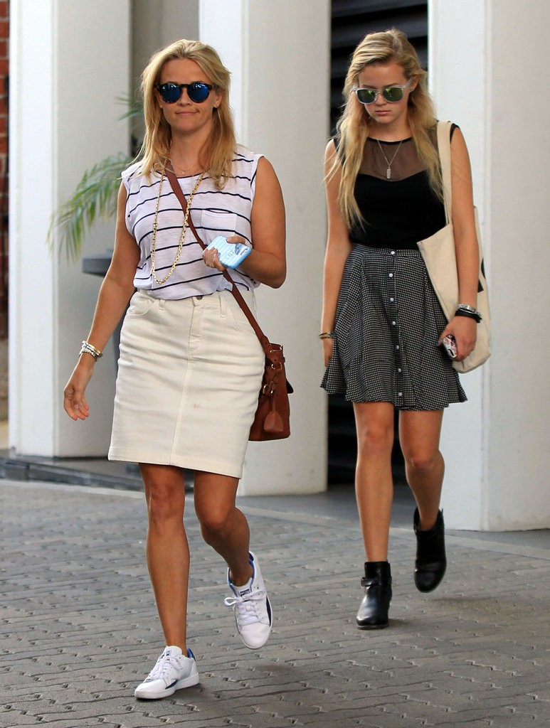 Reese-Witherspoon-Ava-Out-LA-July-2015 (3)