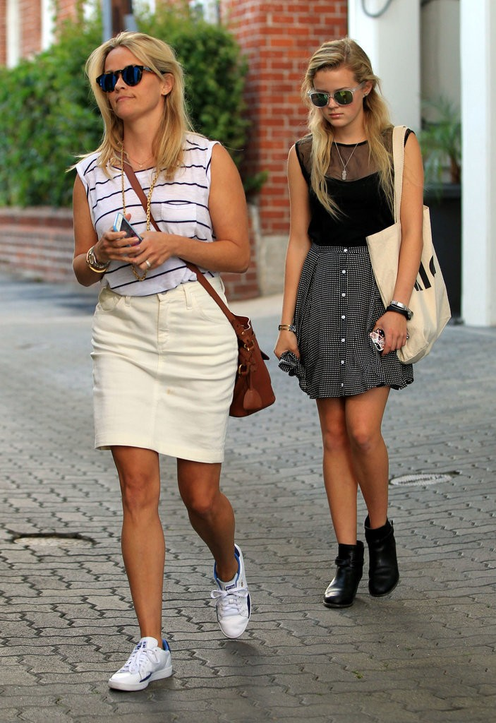 Reese-Witherspoon-Ava-Out-LA-July-2015 (6)