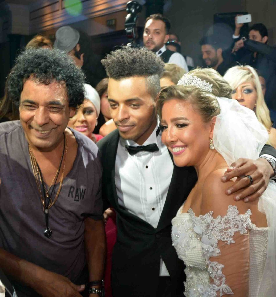 resized_الكينج محمد منير مع العروسين