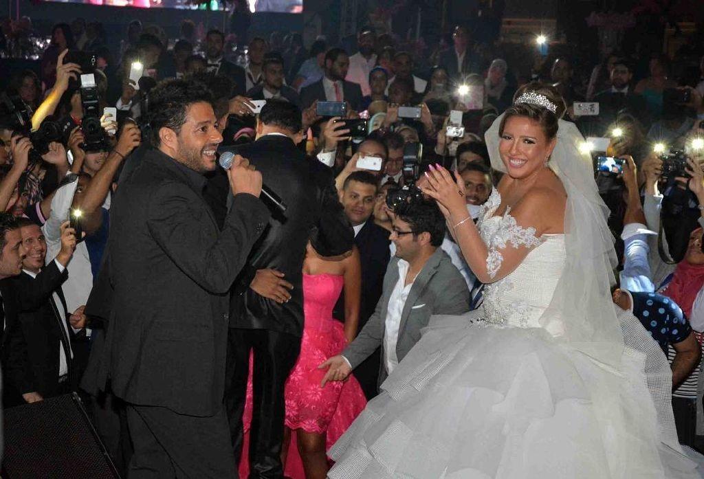 resized_محمد حماقى يغنى للعروس مي كساب