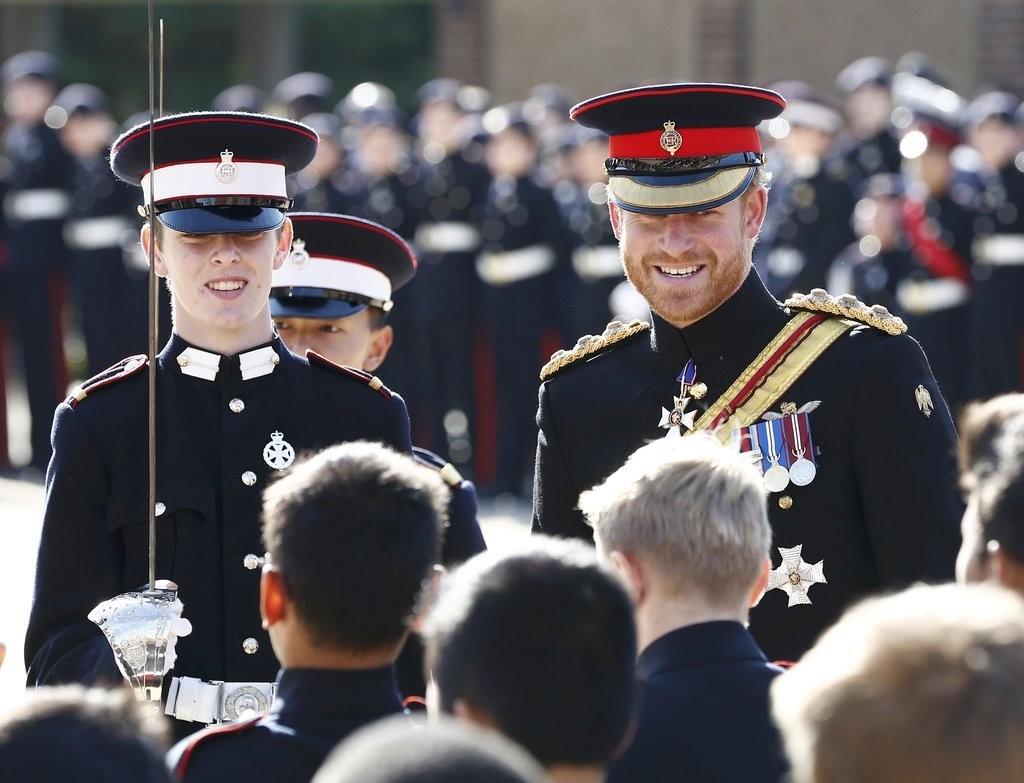 الأمير هاري يقوم بزيارة مفاجئة لإحدى المدارس في دوفر (1)