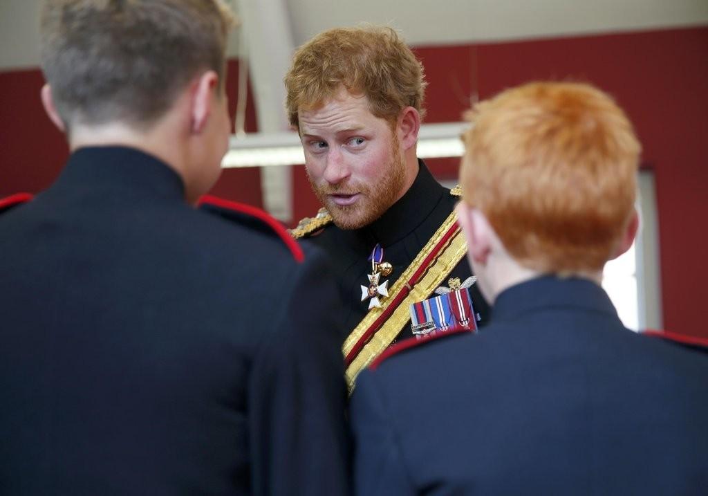 الأمير هاري يقوم بزيارة مفاجئة لإحدى المدارس في دوفر (10)