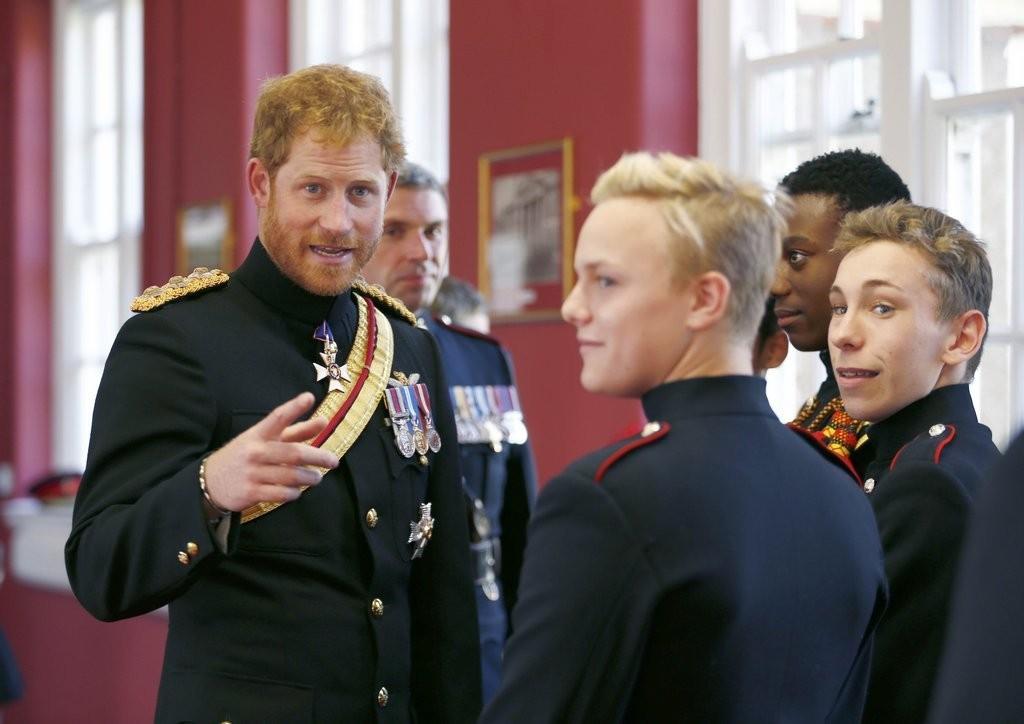 الأمير هاري يقوم بزيارة مفاجئة لإحدى المدارس في دوفر (12)