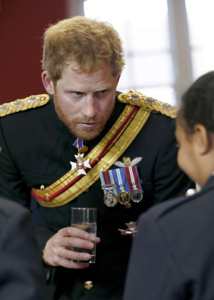 الأمير هاري يقوم بزيارة مفاجئة لإحدى المدارس في دوفر (13)