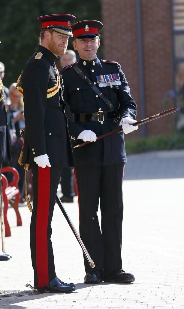 الأمير هاري يقوم بزيارة مفاجئة لإحدى المدارس في دوفر (14)
