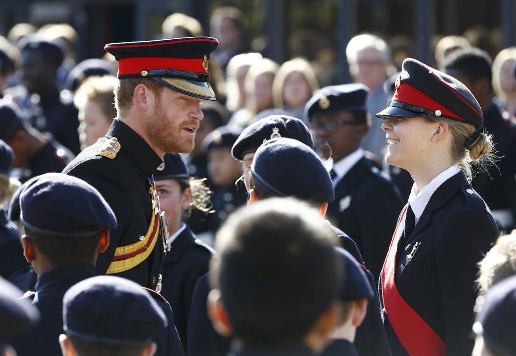 الأمير هاري يقوم بزيارة مفاجئة لإحدى المدارس في دوفر (15)