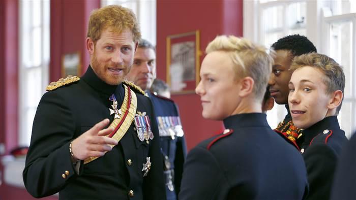 الأمير هاري يقوم بزيارة مفاجئة لإحدى المدارس في دوفر (2)