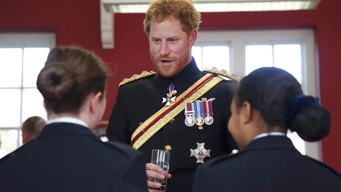 الأمير هاري يقوم بزيارة مفاجئة لإحدى المدارس في دوفر (3)