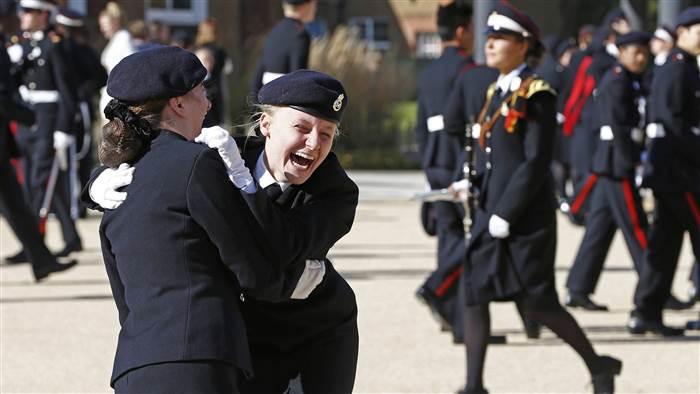الأمير هاري يقوم بزيارة مفاجئة لإحدى المدارس في دوفر (4)