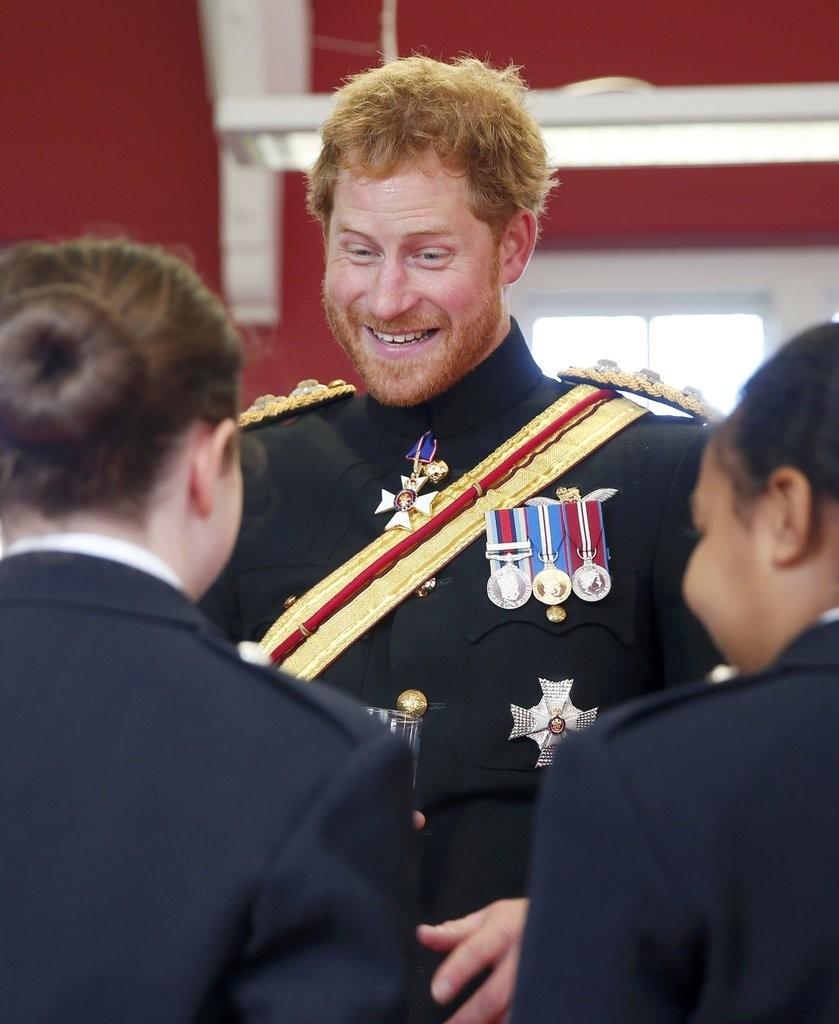 الأمير هاري يقوم بزيارة مفاجئة لإحدى المدارس في دوفر (7)