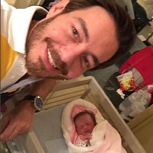 الصورة السلفي الاولى لاحمد زاهر مع مولودته نور