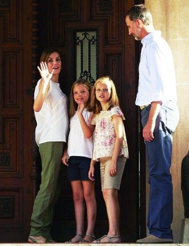 الملكة ليتيسيا مع زوجها الملك فيليبي السادس وابنتيها (1)