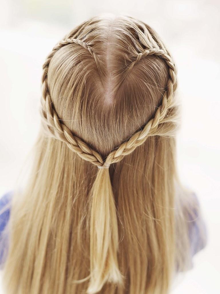 تصفيفة الشعر المنسدل والمزين من الخلف بخصلات شعر