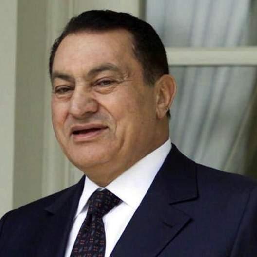 حسني مبارك الرئيس المصري السابق كان يطبع اسمه باللغة الإنجليزية على بدلاته الخاصة.