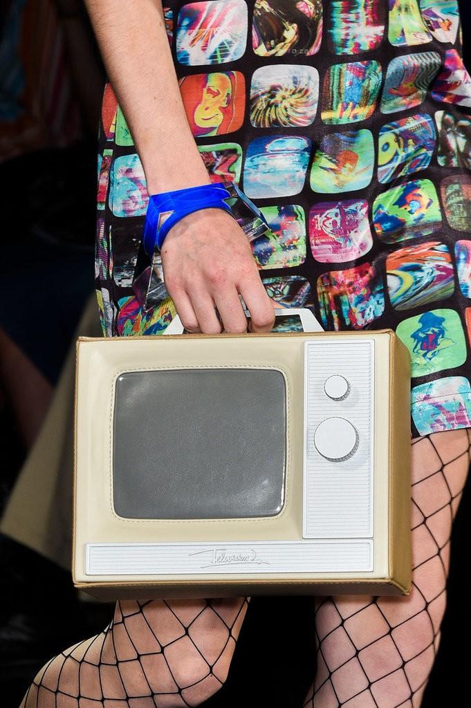 حقيبة مصممة على شكل تلفاز