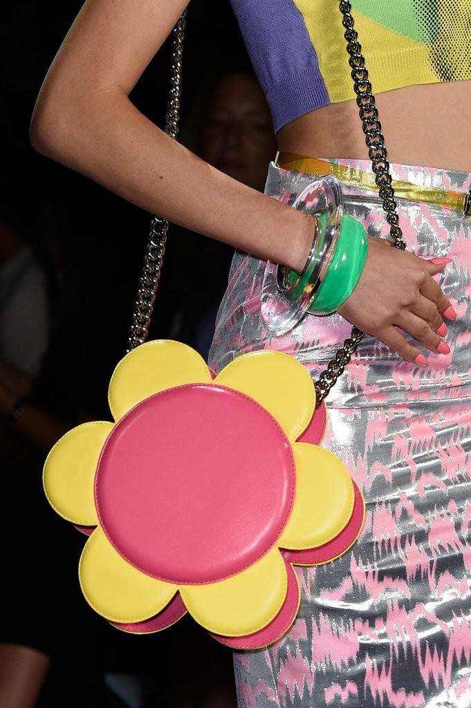 حقيبة مصممة على شكل زهرة