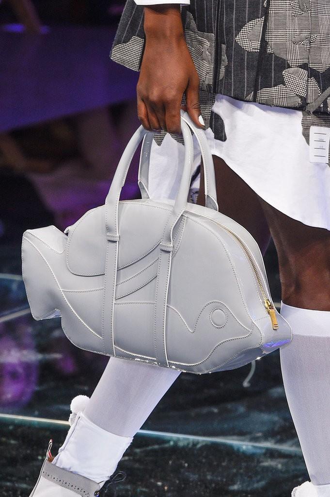 حقيبة مصممة على شكل سمكة