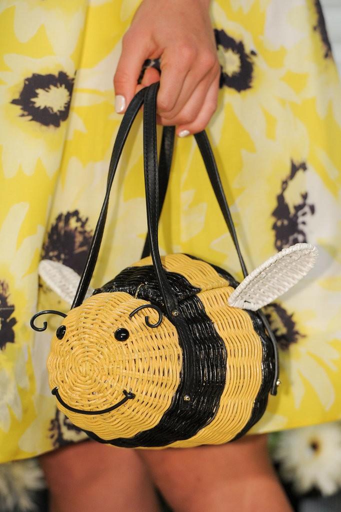 حقيبة مصممة على شكل نحلة