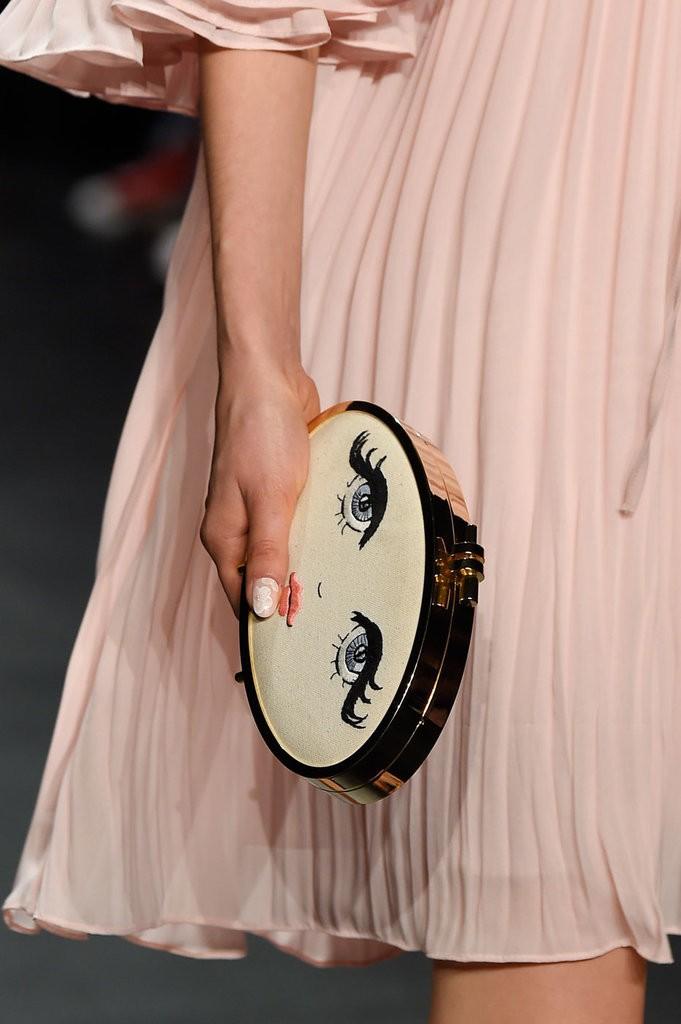 حقيبة مصممة على شكل وجه