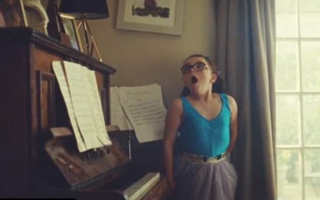 طفلة ترقص الباليه في إعلان جون لويس (1)