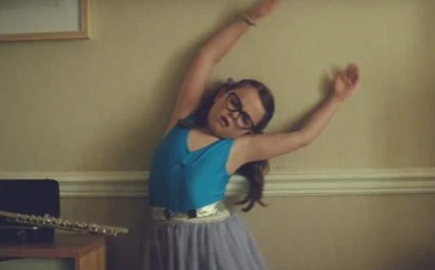 طفلة ترقص الباليه في إعلان جون لويس (10)
