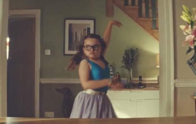 طفلة ترقص الباليه في إعلان جون لويس (2)