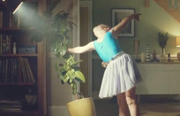 طفلة ترقص الباليه في إعلان جون لويس (4)