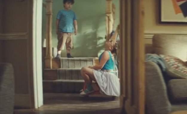 طفلة ترقص الباليه في إعلان جون لويس (5)