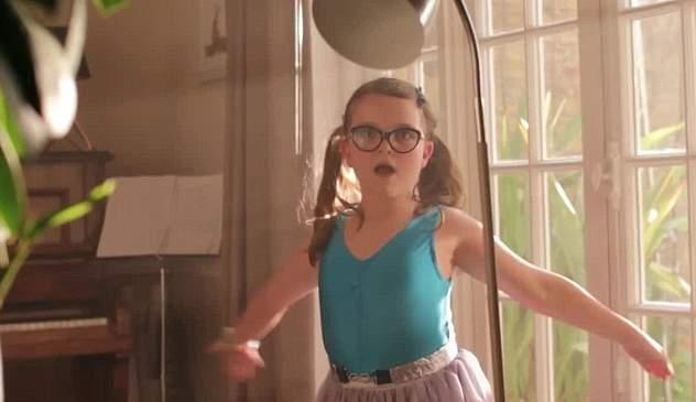 طفلة ترقص الباليه في إعلان جون لويس (7)