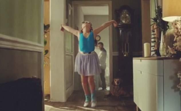 طفلة ترقص الباليه في إعلان جون لويس (9)