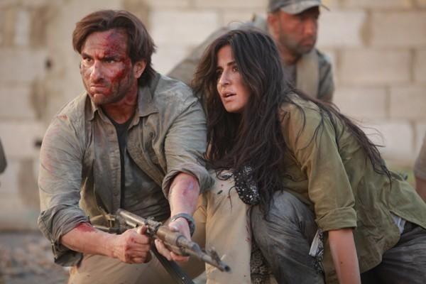 كاترينا كيف وسيف علي خان في الفيلم ويبدو سيف حاملاً بندقية