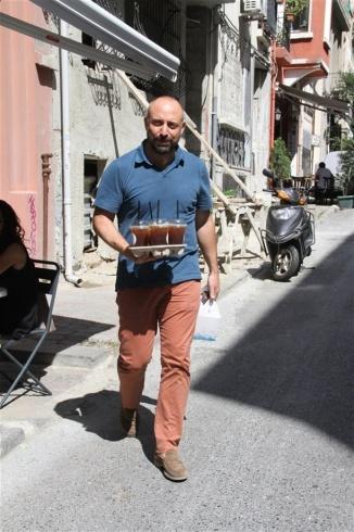 خالد إرجنش نادل في مطعم زوجته