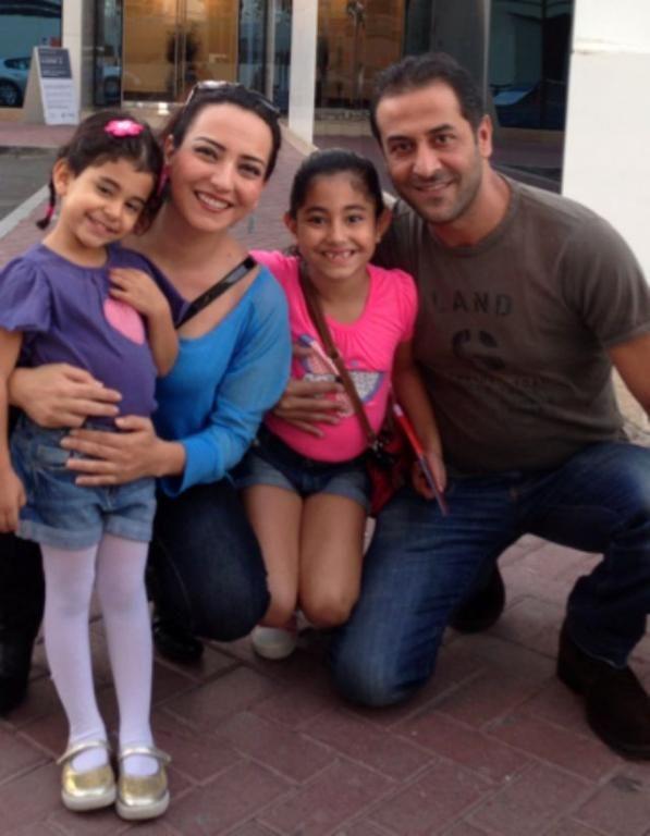 أمل عرفة وعبد المنعم العمايري مع ابنتيهما
