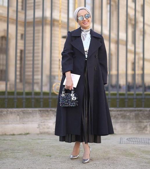 إطلالة راقية لمدونة الموضة آسيا قبل حضورها عرض أزياء ديور