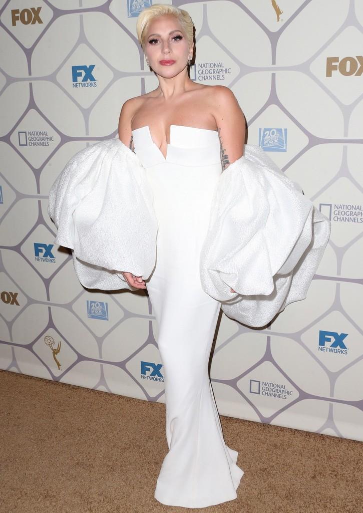 اختارت ليدي غاغا فستان أبيض جميل لكن فيه بعض الغرابة
