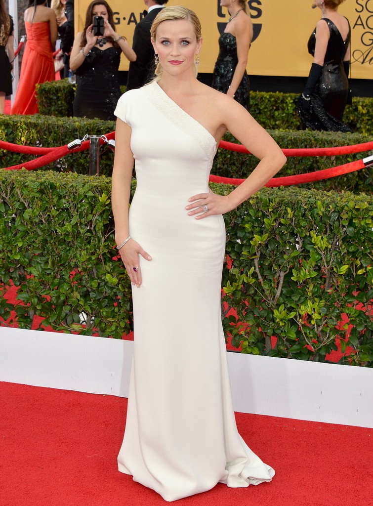 اختاري فستان أبيض بكتف واحد لتبدي كالملكات الرومانيات
