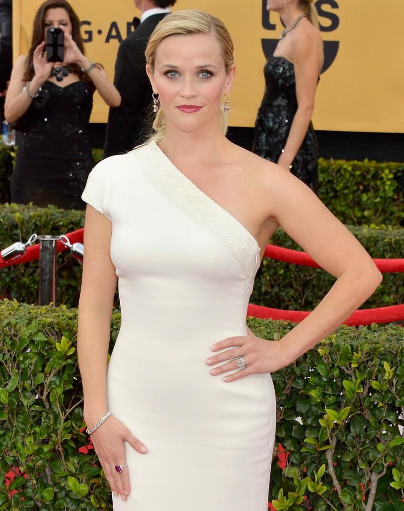 اختاري فستان أبيض بكتف واحد لتبدي كالملكات الرومانيات .